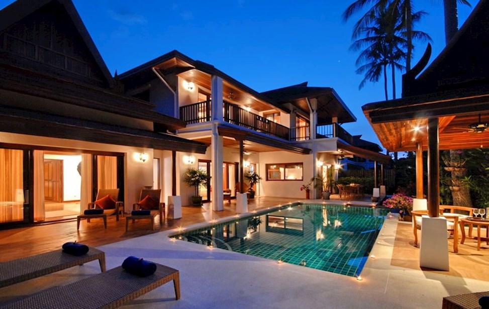 bellissima villa con piscina di sera
